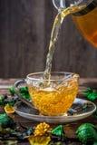 Зеленый чай политый от кувшина Стоковые Изображения