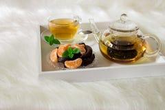 Зеленый чай с мятой на подносе Стоковое фото RF