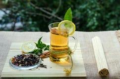 Зеленый чай с циннамоном и мятой и лимоном Стоковые Фото