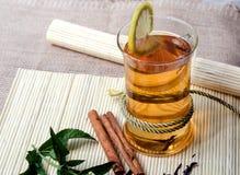 Зеленый чай с циннамоном и мятой и лимоном Стоковые Фотографии RF