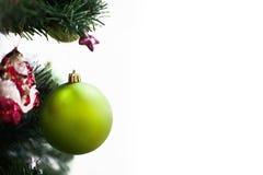 Зеленый шарик на рождественской елке Стоковая Фотография RF