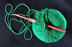 Зеленый шарик пряжи стоковые изображения rf