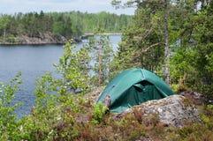 Зеленый шатер в лесе, располагаясь лагерем Туризм, образ жизни, деятельность Природа Стоковое Фото