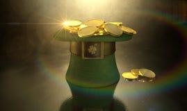Зеленый шлем Leprechaun заполненный с золотыми монетками Стоковое Изображение