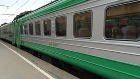 Зеленый электропоезд на железной дороге акции видеоматериалы