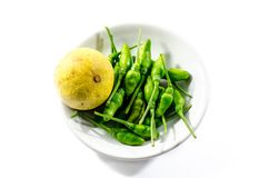 Зеленый chili и желтое lamon известки на белой предпосылке стоковая фотография rf