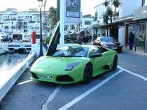 Зеленый coupe Lamborghini припаркованный в Испании стоковая фотография