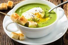 Зеленый cream суп с краденным яичком Стоковая Фотография