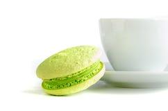 Зеленый macaroon с чашкой Стоковые Изображения RF