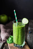 Зеленый smoothie в стекле Здоровое питье диеты вытрезвителя vegan Стоковая Фотография RF