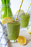 Зеленый smoothie в стекле Стоковая Фотография RF