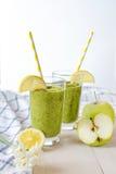 Зеленый smoothie в стекле Стоковая Фотография