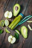 Зеленый smoothie в bottl с авокадоом, яблоком и кивиом на белом wo Стоковое Изображение RF