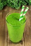 Зеленый smoothie листовой капусты на деревянной предпосылке Стоковые Фото