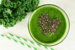 Зеленый smoothie листовой капусты с chia осеменяет сердце стоковая фотография rf