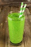 Зеленый smoothie на деревенской деревянной предпосылке Стоковая Фотография