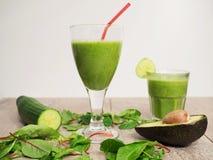 Зеленый smoothie с авокадоом, шпинатом и огурцом стоковые изображения rf