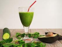 Зеленый smoothie с авокадоом, шпинатом и огурцом стоковое фото rf