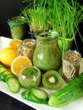 Зеленый smoothie сделанный из шпината, кивиа, огурца, лимона и мяты с семенами для здорового питания Стоковые Фото