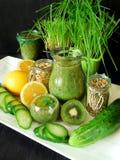 Зеленый smoothie сделанный из шпината, кивиа, огурца, лимона и мяты с семенами для здорового питания Стоковое Изображение RF