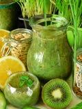 Зеленый smoothie сделанный из шпината, кивиа, огурца, лимона и мяты с семенами для здорового питания Стоковые Фотографии RF