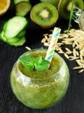 Зеленый smoothie сделанный из шпината, кивиа, огурца, лимона и мяты с семенами для здорового питания Стоковые Изображения