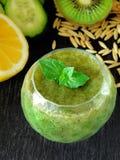 Зеленый smoothie сделанный из шпината, кивиа, огурца, лимона и мяты с семенами для здорового питания Стоковые Изображения RF