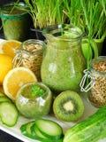 Зеленый smoothie сделанный из шпината, кивиа, огурца, лимона и мяты с семенами Стоковая Фотография
