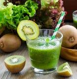 Зеленый smoothie с кивиом, бананами и листьями салата Стоковая Фотография