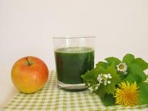 Зеленый smoothie с одичалыми травами и яблоком Стоковые Изображения RF