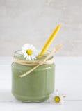 Зеленый smoothie с съестными одичалыми травами в стеклянной бутылке с соломами Стоковое Фото