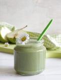 Зеленый smoothie с съестными одичалыми травами и грушами Стоковая Фотография