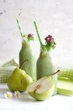 Зеленый smoothie с съестными одичалыми травами и грушами Стоковая Фотография RF
