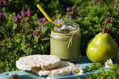 Зеленый smoothie с съестными одичалыми травами и грушами Стоковые Фото