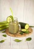 Зеленый smoothie с шпинатом, сельдереем и огурцом стоковая фотография