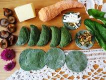Зеленый tortellini, тесто сваренное от крапивы стоковое фото