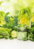 Зеленый vegetable сок в стекле с салатом выходит Стоковое фото RF