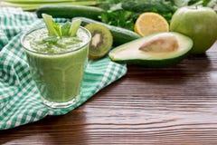 Зеленый vegetable smoothie и свежие травы Стоковые Фото