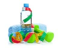2 зеленых бутылки dumbells, рулетки и питья Фитнес и h Стоковое фото RF