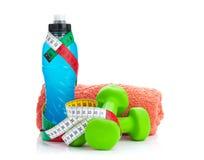 2 зеленых бутылки dumbells, рулетки и питья Фитнес и h Стоковые Фотографии RF