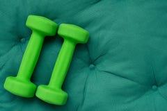 2 зеленых гантели Стоковые Изображения RF