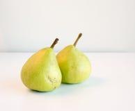 2 зеленых груши на белой таблице Стоковое Фото