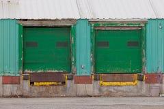2 зеленых закрыванных внешних пандуса строба загрузки Стоковые Изображения