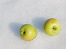 2 зеленых зрелых яблока Стоковые Фотографии RF