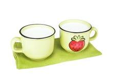 2 зеленых керамических чашки с молоком для детей Стоковые Фото