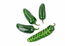 4 зеленых перца Jalapeno один перец отрезаны Стоковое Изображение RF