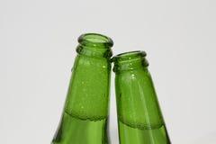 2 зеленых пивной бутылки на белой предпосылке Стоковое Фото