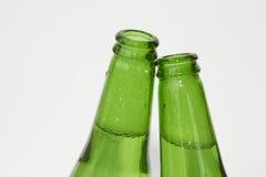 2 зеленых пивной бутылки на белой предпосылке Стоковые Изображения