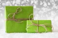 2 зеленых подарка на снеге, белом влиянии Bokeh Стоковые Фото