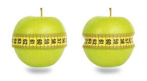 2 зеленых яблока и желтой измеряя лента Стоковые Изображения
